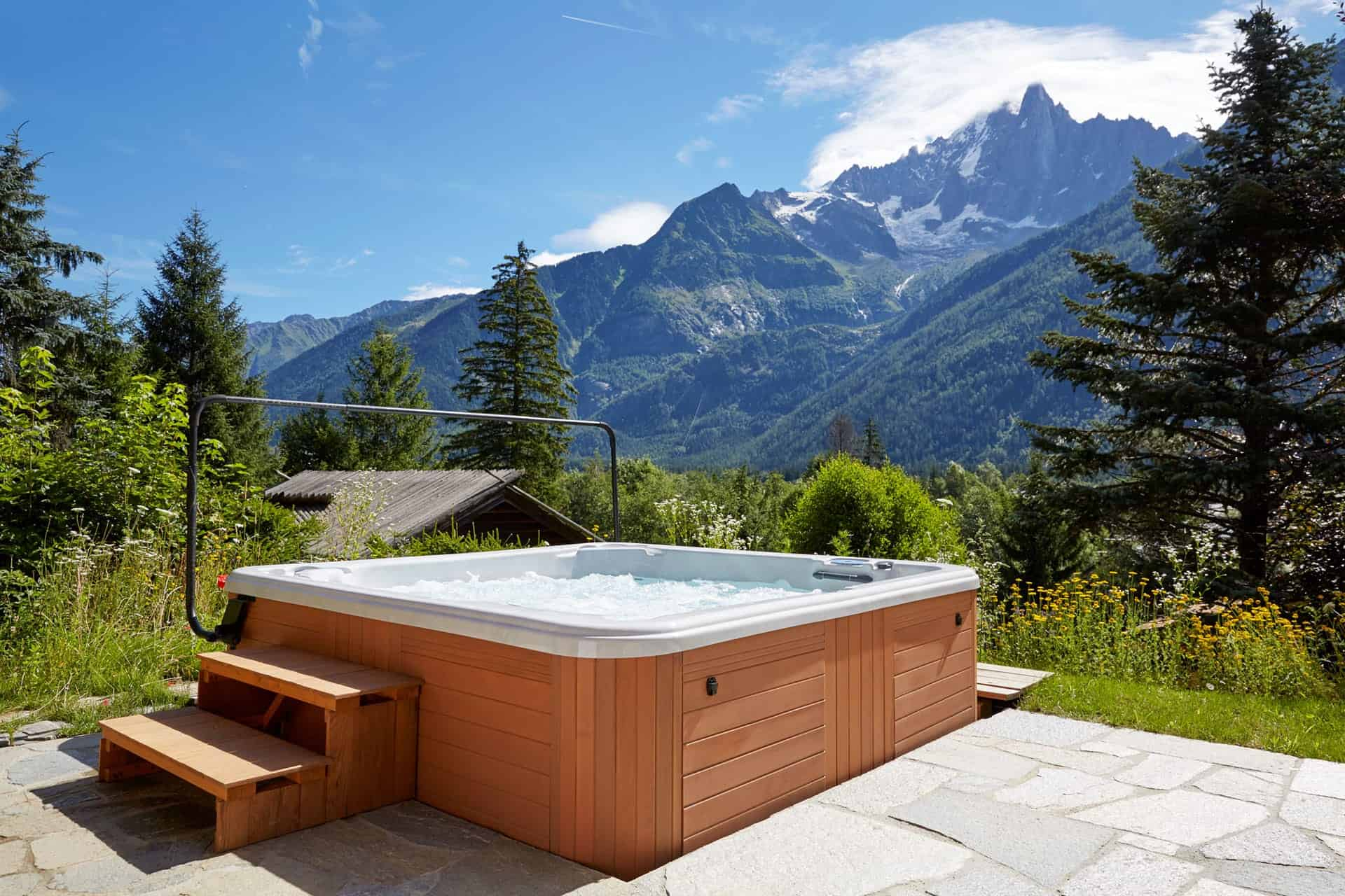 an outdoors jacuzzi surrounded by mountains